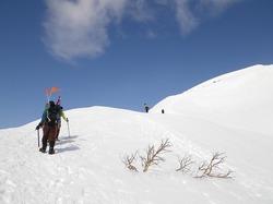雪洞を解体し、谷川岳山頂を目指す