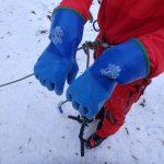 雪山登山で人気の防寒テムレス、ビレイデバイスに指が巻き込まれる可能性あり、赤岳鉱泉のアイスクライミングで使用禁止に。