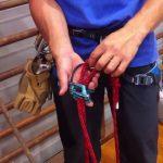 ビレイディバイスへのスマートなクライミングロープのセット方法