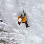 衝撃!ロープなしで300mの氷壁登るアイスクライマー