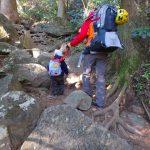 2歳9ヶ月の子供と一緒に筑波山登山。リュックを簡易的ハーネスにして、スリングで歩行をサポート。
